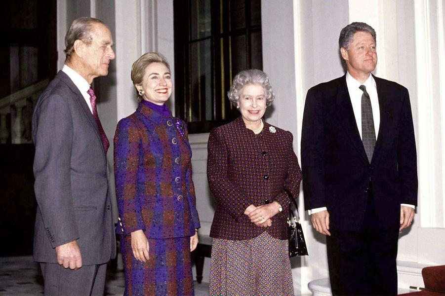 La reine Elizabeth II avec le président des Etats-Unis Bill Clinton à Buckingham Palace, le 29 novembre 1995