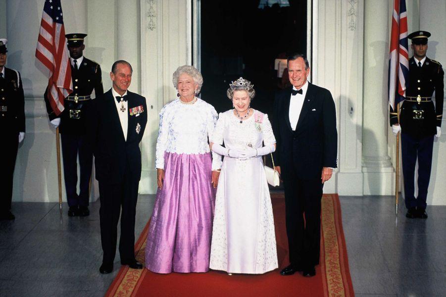 La reine Elizabeth II avec le président des Etats-Unis George H. W. Bush à Washington, le 14 mai 1991