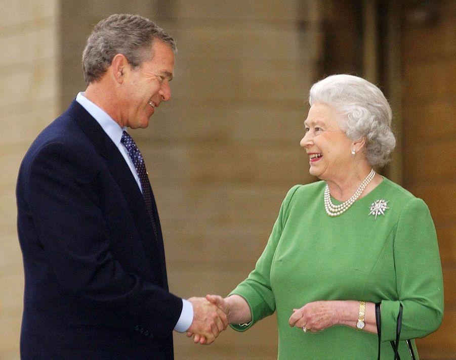 La reine Elizabeth II avec le président des Etats-Unis George W. Bush à Buckingham Palace, le 2 novembre 2003