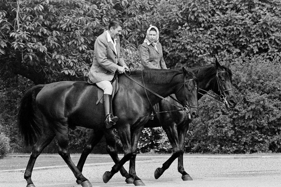 La reine Elizabeth II avec le président des Etats-Unis Ronald Reagan à Windsor, le 8 juin 1982