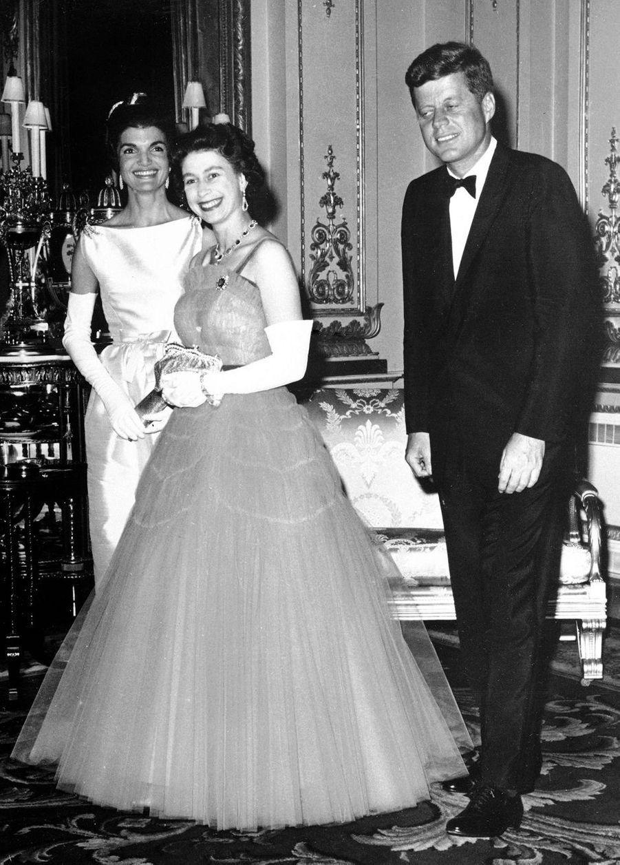 La reine Elizabeth II avec le président des Etats-Unis John Fitzgerald Kennedy à Buckingham Palace, le 5 juin 1961