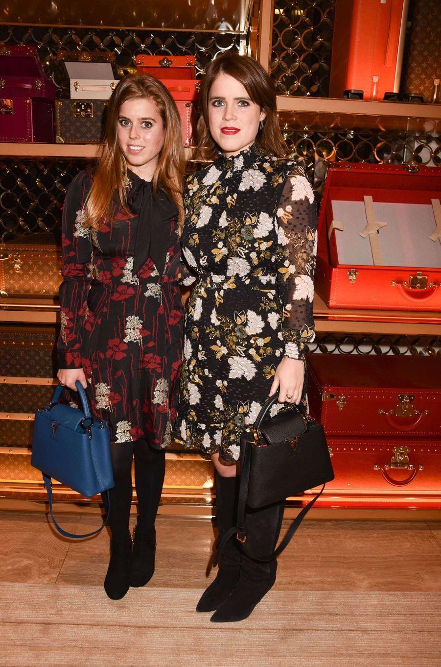 Les princesses Beatrice et Eugenie d'York à Londres, le 21 novembre 2017