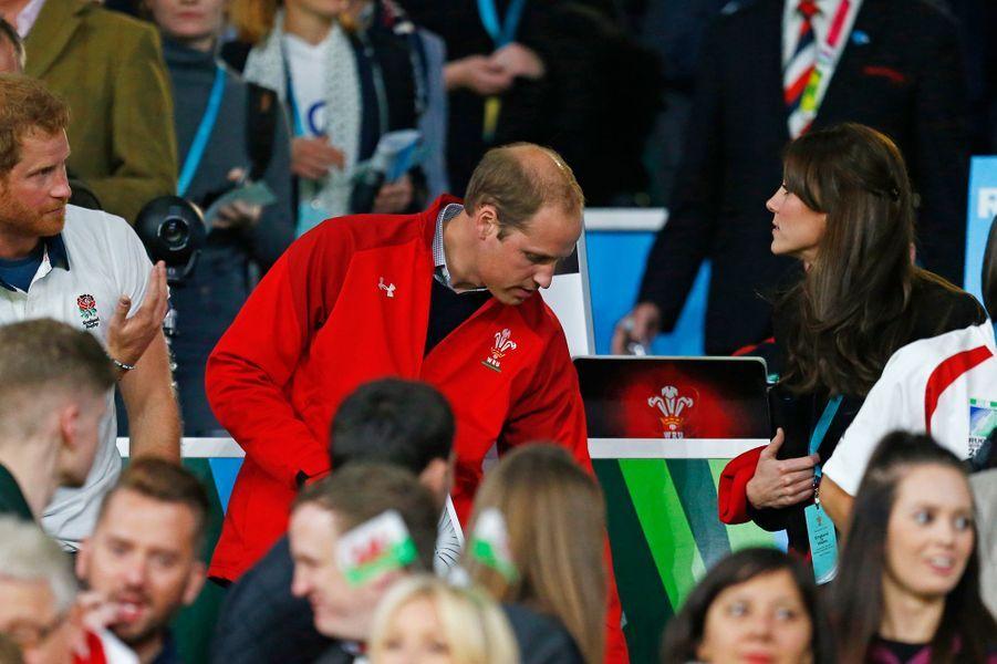 La duchesse Kate avec les princes William et Harry au stade de Twickenham à Londres, le 26 septembre 2015