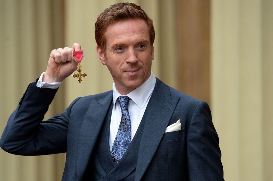 Damian Lewis arbore sa médaille d'officier dans l'ordre du Bristish Empire à Londres, le 26 novembre 2014