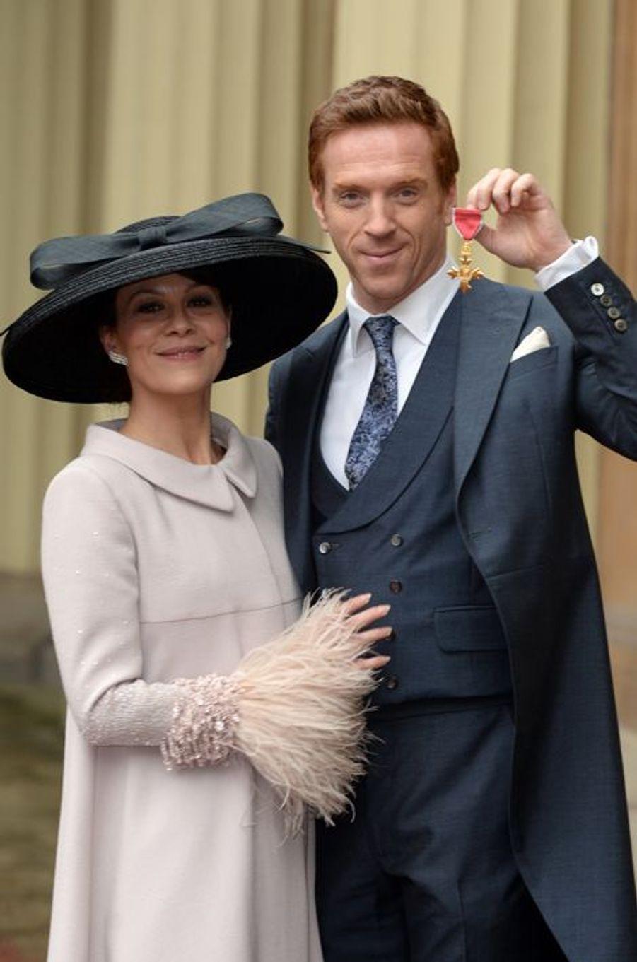 Damian Lewis, avec sa femme Helen McCrory, arbore sa médaille d'officier dans l'ordre du Bristish Empire à Londres, le 26 novembre 2014