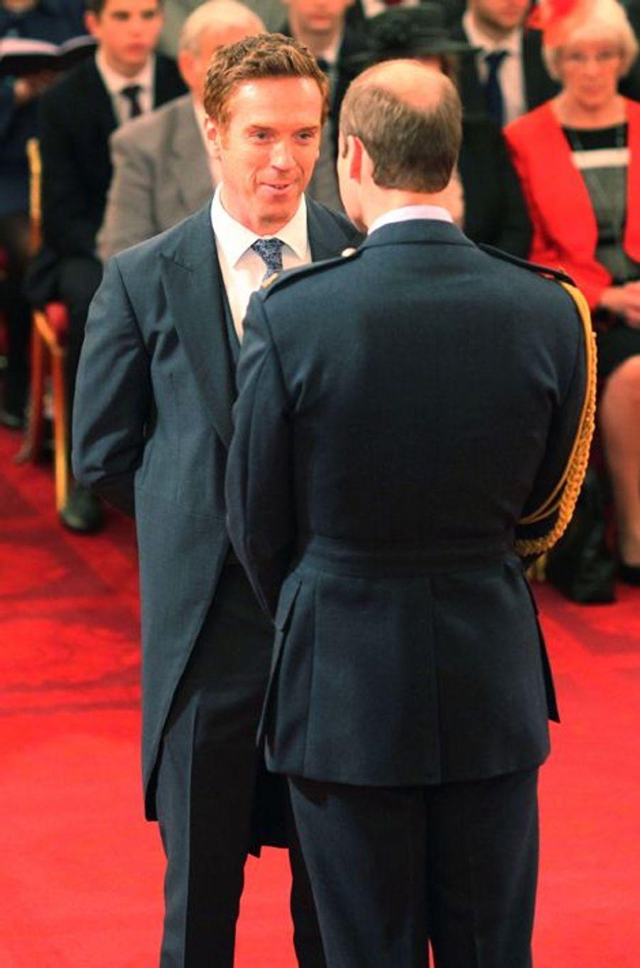 Le prince William décore Damian Lewis de l'ordre du Bristish Empire à Londres, le 26 novembre 2014