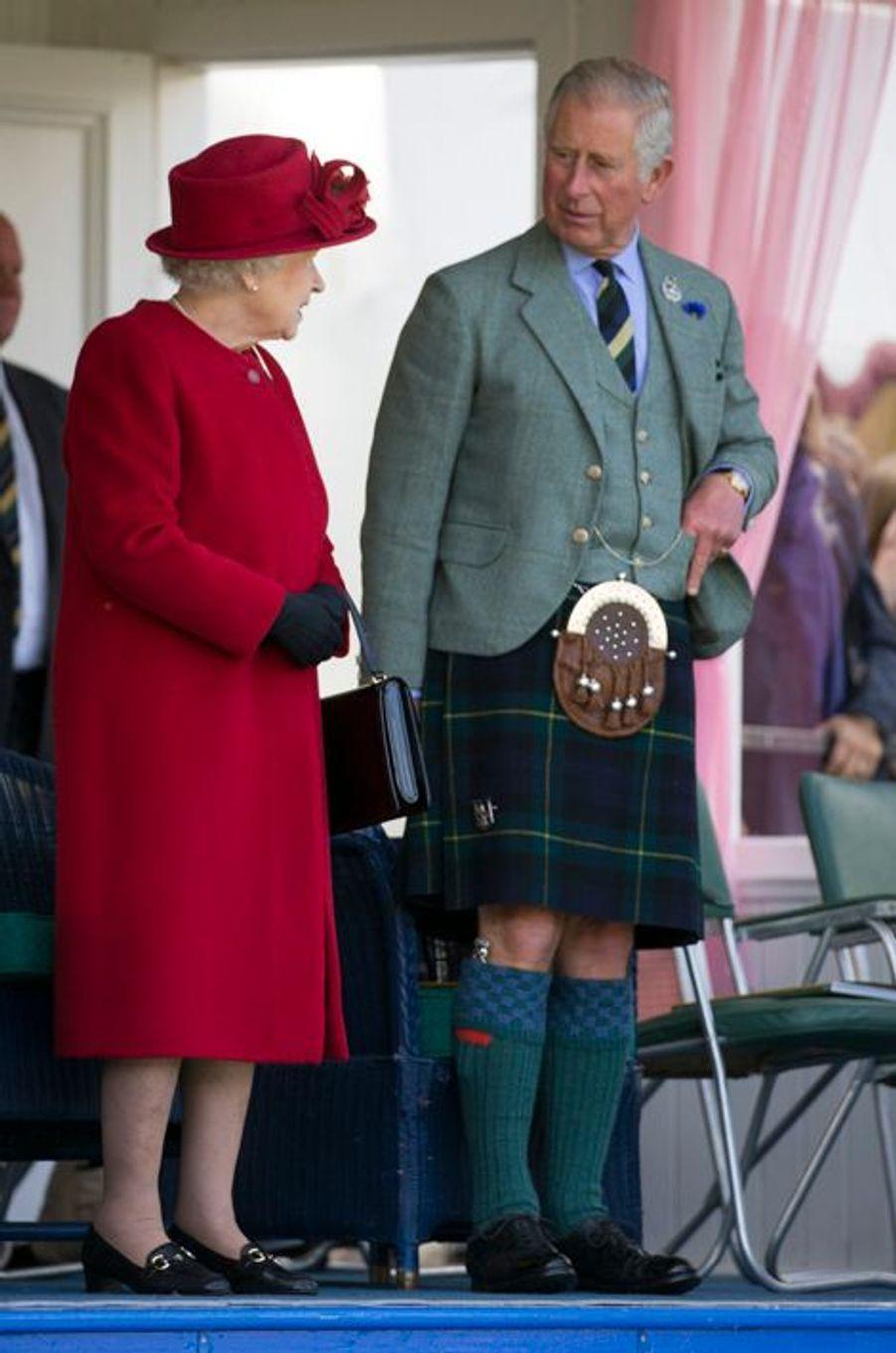 La reine Elizabeth II et le prince Charles au Braemar Gathering, le 5 septembre 2015