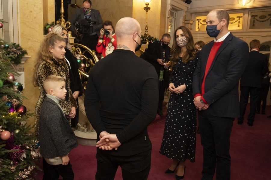 William et Kate s'entretiennent avec une famille