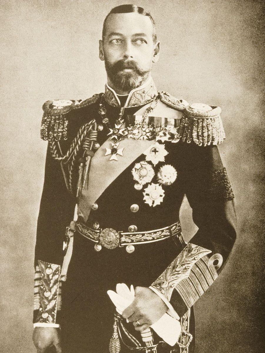 Le petit-fils de lareine Victoria fut couronné en 1910 après la mort d'Edward VII. Considéré par les historiens comme ennuyeux mais très travailleur, il consacra sa vie à l'Empire britannique. Une dévotion qui lui valut les louanges du peuple. Son histoire d'amour avec la reine Mary fut à son image, discrète et calme. Tous les deux défendirent mieux que quiconque les valeurs familiales, quitte à être parfois taxés de traditionalistes. Il mourut en 1936.