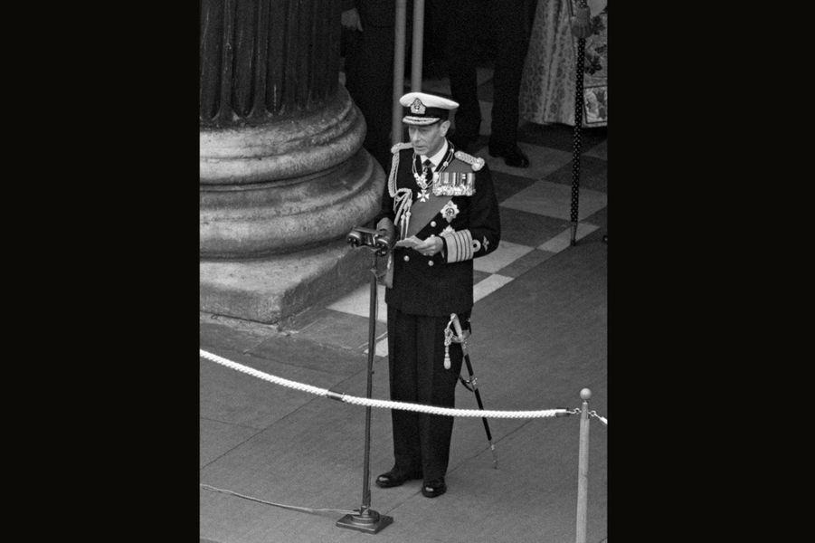 Certainement le plus connu, notamment grâce au film «Le Discours d'un Roi», récompensé par quatre Oscars en 2011, le père de la reine Elizabeth II s'installa sur le trône après l'abdication de son frère Edward VIII - qui projetait d'épouser sa maîtresse -en 1936. Lui qui préférait rester dans l'ombre fut propulsé au rang de roi. Un rôle qu'il craignait notamment à cause de son bégaiement et de sa peur de parler en public. Mais il fut toujours soutenu par sa femme, la duchesse d'York, avec qui il eut deux enfants, Elizabeth et Margaret. Tout au long de son règne, George VI fut aimé et respecté par le peuple, grâce à son abnégation et à son sens du devoir. La mort l'a frappé en 1952, à seulement 56 ans.