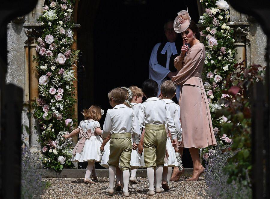 Kate Guide Les Enfants D'honneurs Du Mariage De Pippa Middleton, Dont Le Prince George Et La Princesse Charlotte 3