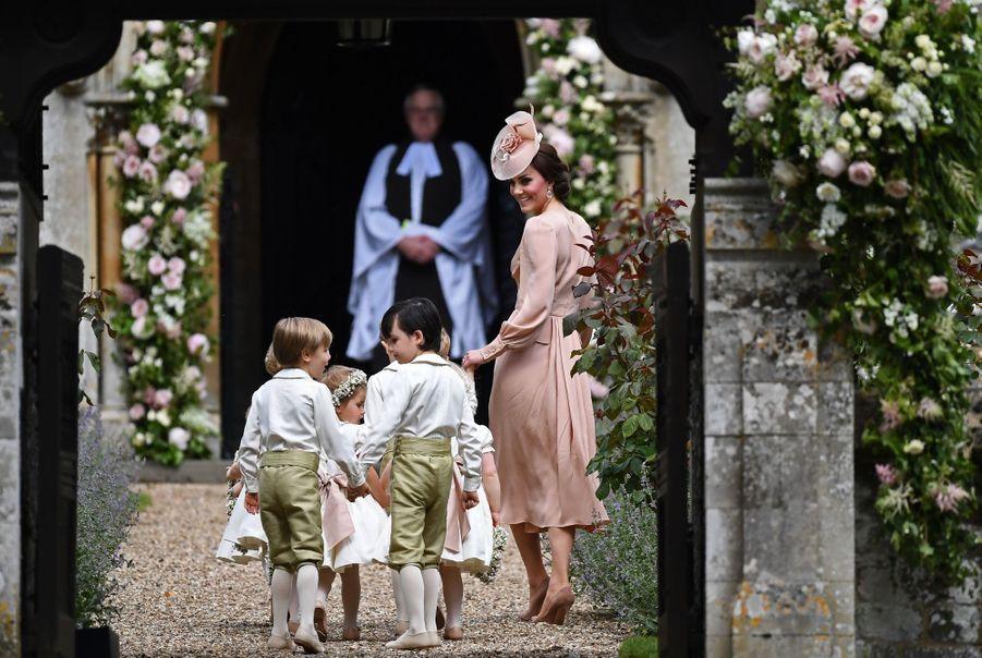 Kate Guide Les Enfants D'honneurs Du Mariage De Pippa Middleton, Dont Le Prince George Et La Princesse Charlotte 4