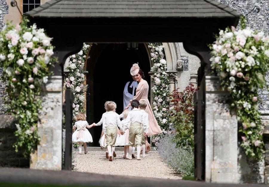 Kate Guide Les Enfants D'honneurs Du Mariage De Pippa Middleton, Dont Le Prince George Et La Princesse Charlotte 5