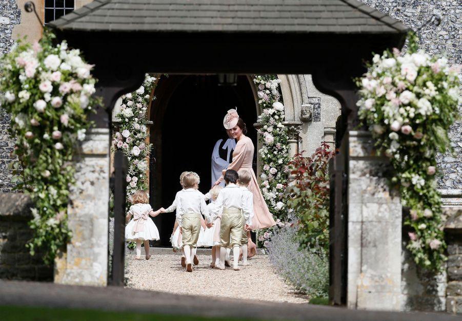 Kate Guide Les Enfants D'honneurs Du Mariage De Pippa Middleton, Dont Le Prince George Et La Princesse Charlotte 6