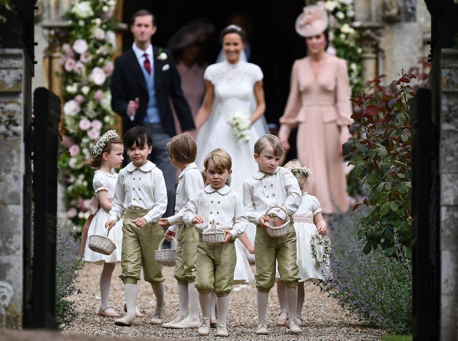 Le Prince George Et La Princesse Charlotte Ouvrent La Voie Pour Les Mariés Pippa Et James 1