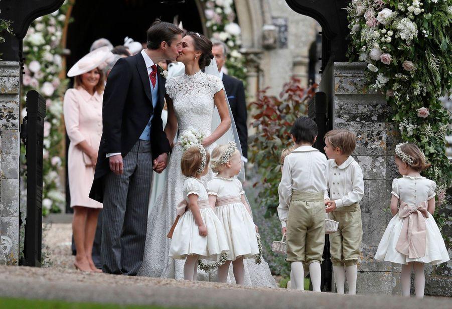 Le Prince George Et La Princesse Charlotte Ouvrent La Voie Pour Les Mariés Pippa Et James 10
