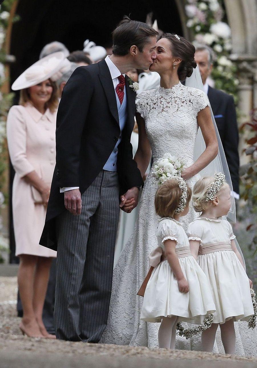 Le Prince George Et La Princesse Charlotte Ouvrent La Voie Pour Les Mariés Pippa Et James 11