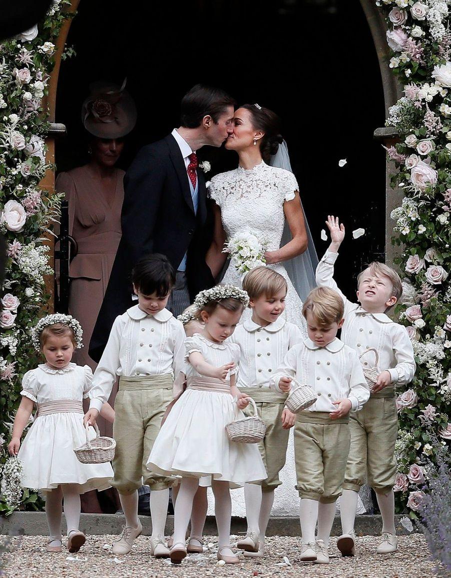 Le Prince George Et La Princesse Charlotte Ouvrent La Voie Pour Les Mariés Pippa Et James 14