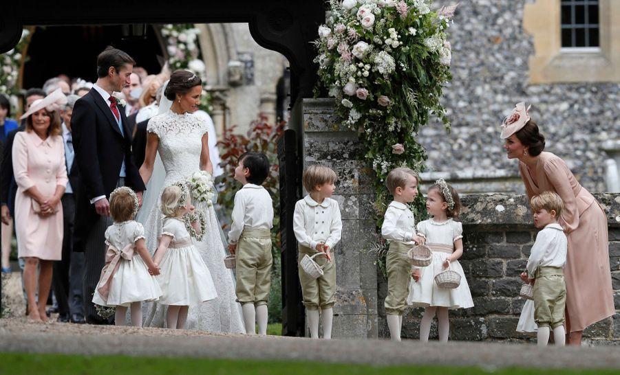 Le Prince George Et La Princesse Charlotte Ouvrent La Voie Pour Les Mariés Pippa Et James 4