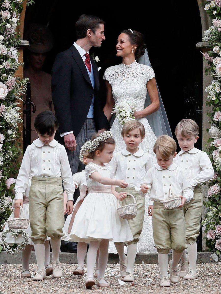 Le Prince George Et La Princesse Charlotte Ouvrent La Voie Pour Les Mariés Pippa Et James 6