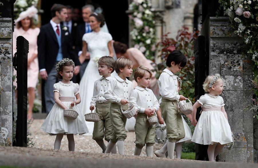 Le Prince George Et La Princesse Charlotte Ouvrent La Voie Pour Les Mariés Pippa Et James 9
