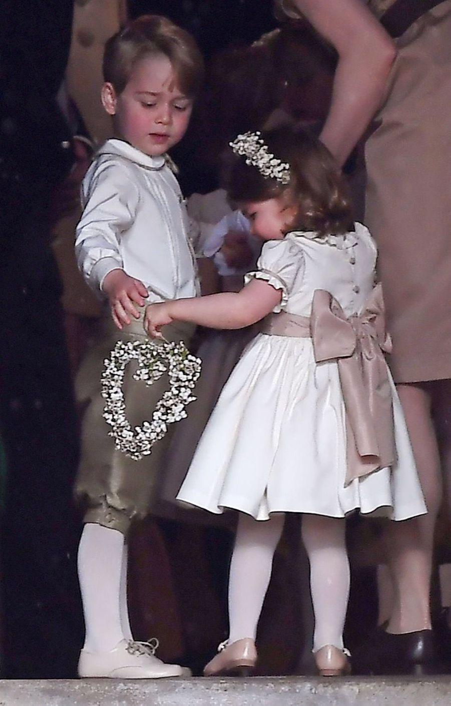 Le Prince George Et La Princesse Charlotte Regardent Leur Tante Pippa Middleton Arriver Pour Son Mariage 1