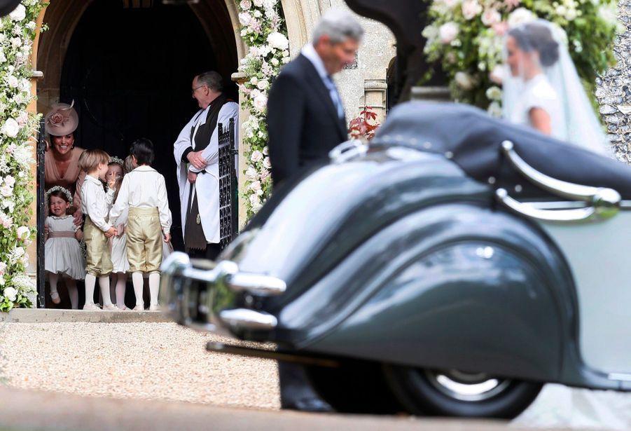 Le Prince George Et La Princesse Charlotte Regardent Leur Tante Pippa Middleton Arriver Pour Son Mariage 10