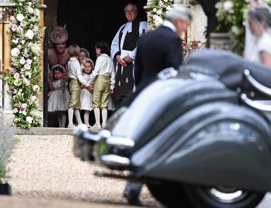 Le Prince George Et La Princesse Charlotte Regardent Leur Tante Pippa Middleton Arriver Pour Son Mariage 3