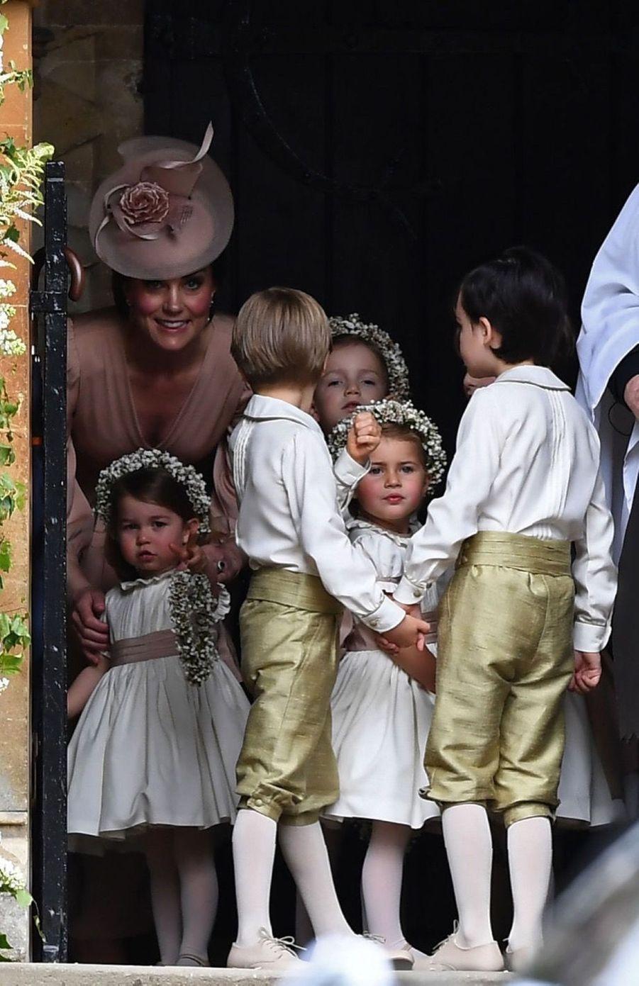 Le Prince George Et La Princesse Charlotte Regardent Leur Tante Pippa Middleton Arriver Pour Son Mariage 4