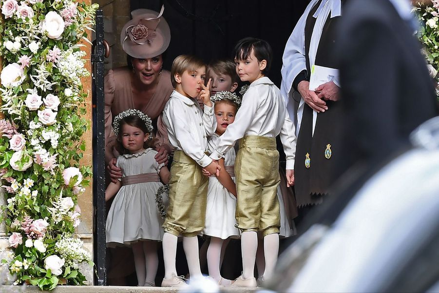 Le Prince George Et La Princesse Charlotte Regardent Leur Tante Pippa Middleton Arriver Pour Son Mariage 5