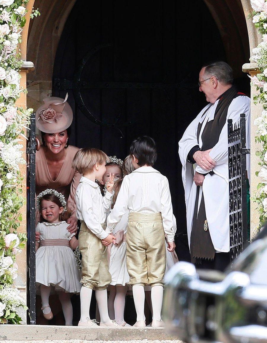 Le Prince George Et La Princesse Charlotte Regardent Leur Tante Pippa Middleton Arriver Pour Son Mariage 9