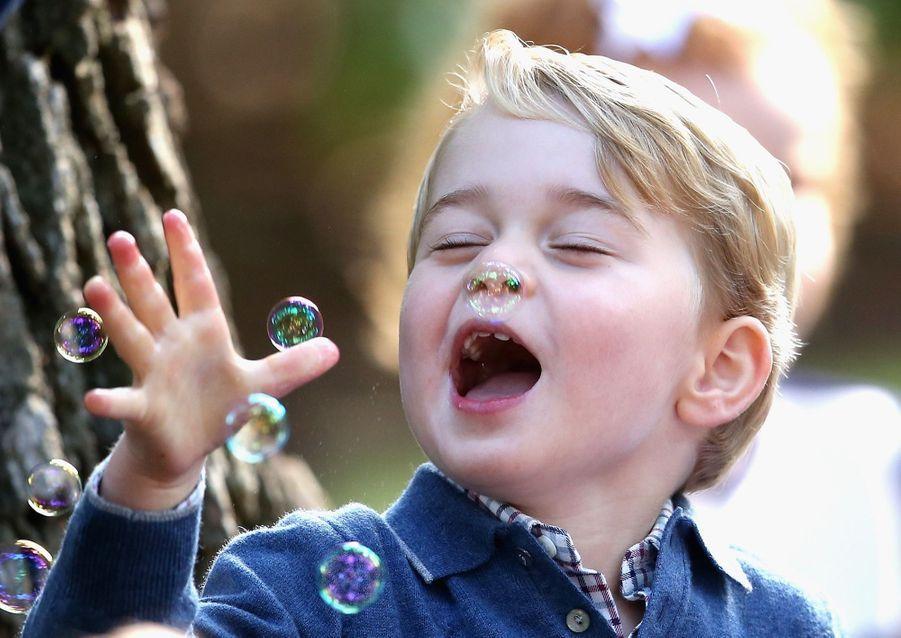 Le prince George, le fils de Kate Middleton et du prince William, à Victoria au Canada.