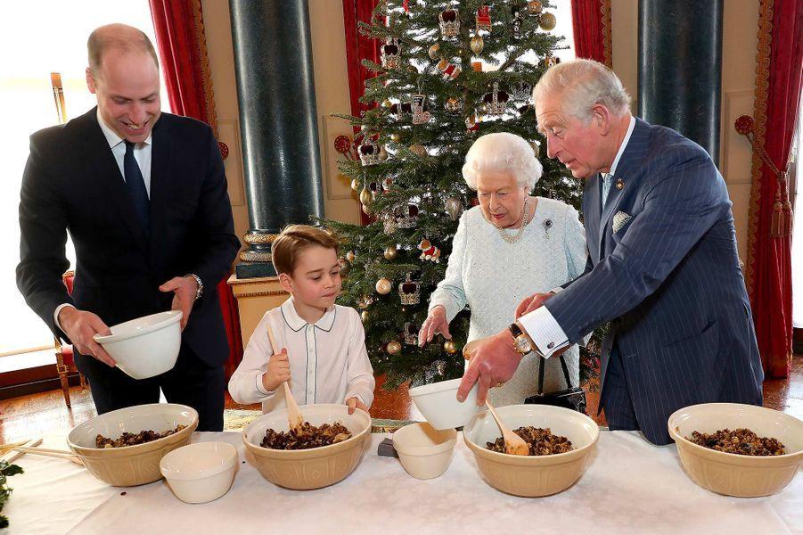 La reine Elizabeth II entourée des princes Charles, William et George, à Buckingham Palace.