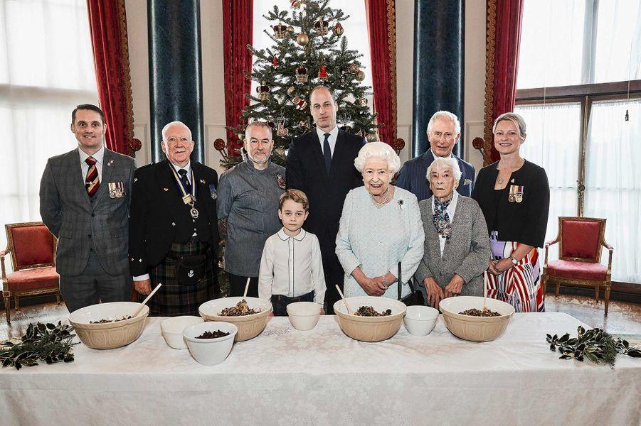 La reine Elizabeth II entourée des princes Charles, William et George, à Buckingham Palace. Ils ont reçu cinq vétérans :Liam Young, Colin Hughes, Alex Cavaliere, Barbra Hurman et Lisa Evans.