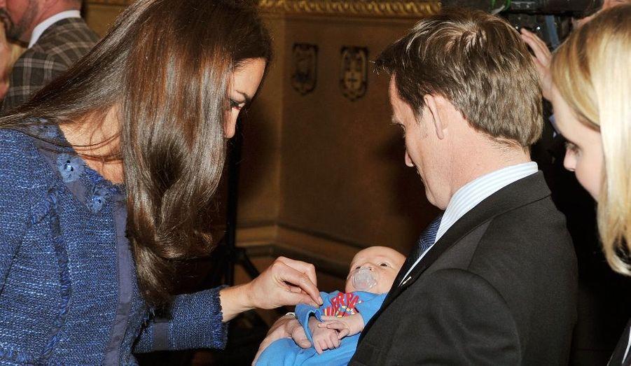 En Avril, les Cambridge ont rendu hommage à la Légion royale britannique. L'occasion pour Kate de faire connaissance avec le bébé d'un des soldats, pour une photo qui avait alors beaucoup fait parler...