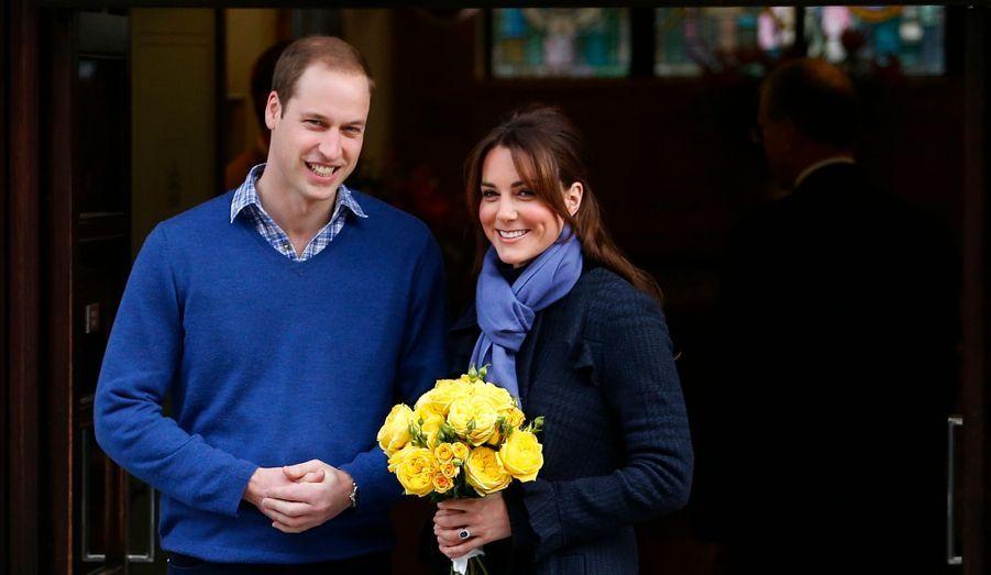 """La duchesse fête aujourd'hui ses 31 ans. Retour en images sur une année chargée, marquée bien évidemment par l'annonce de sa grossesse, mais aussi les J.O., le Jubilé, ses prestations en solo... Selon le palais St James, Kate fêtera l'événement """"en privé"""", probablement dans la maison du couple sur l'île d'Anglesey au Pays de Galles. En photo : Kate et William sortant de l'hôpital en décembre, après l'annonce de la grossesse."""