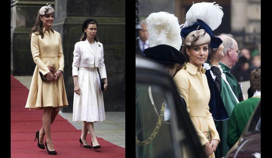 En juillet, Kate était en Écosse, où elle porte le titre de Comtesse de Strathearn, pour voir William devenir Chevalier de l'ordre du Chardon à la Cathédrale St Giles d'Édimbourg.