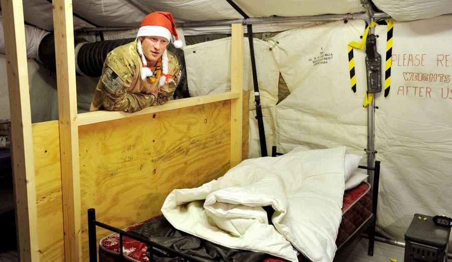 Devant son lit de camp dans la salle de garde