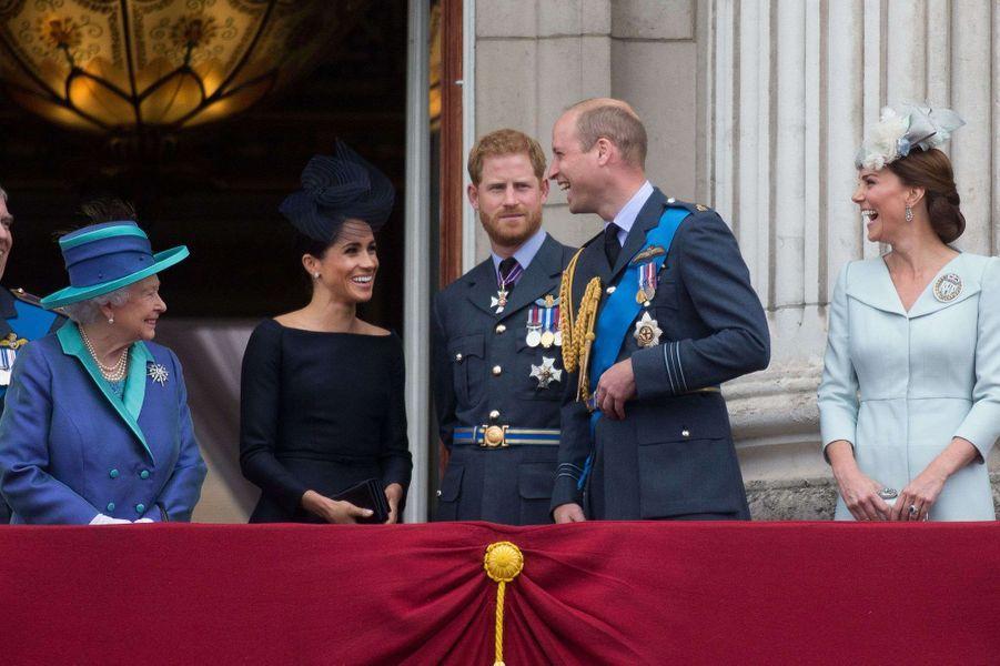 Meghan et Harry réunis au côté de la reine Elizabeth II et des autres membres de la famille royale lors du 100e anniversaire de la Royal Air Force à Londres le 10 juillet 2018