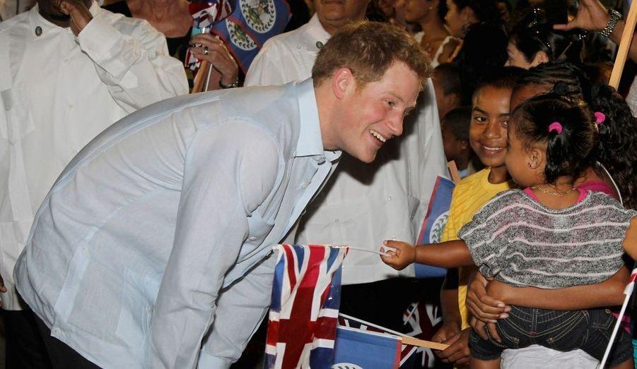 Le Prince Harry a entamé ce week-end sa tournée dans les îles des Caraïbes, au nom de sa grand-mère, la reine Elizabeth qui célèbre cette année les 60 ans de son règne. A l'occasion de ce jubilé de diamant, la famille royale va parcourir le monde pour saluer les sujets de Sa Majesté dans les royaumes du Commonwealth. Samedi et dimanche au Belize, hier au Bahamas, Harry ira dans la semaine en Jamaïque.