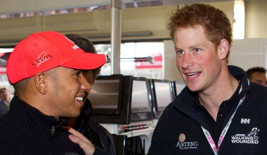 Passionné de course automobile, le prince Harry a assisté au Grand prix de Formule 1 disputé à Silverstone. Il a même remis le trophée au vainqueur de la course, Fernando Alonso.
