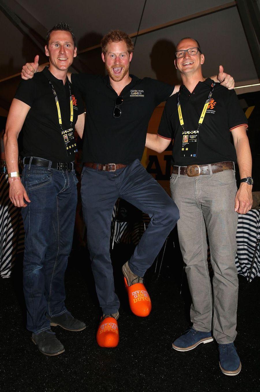 Le prince Harry aux Invictus Games avec des membres de l'équipe des Pays-Bas à Orlando, le 9 mai 2016