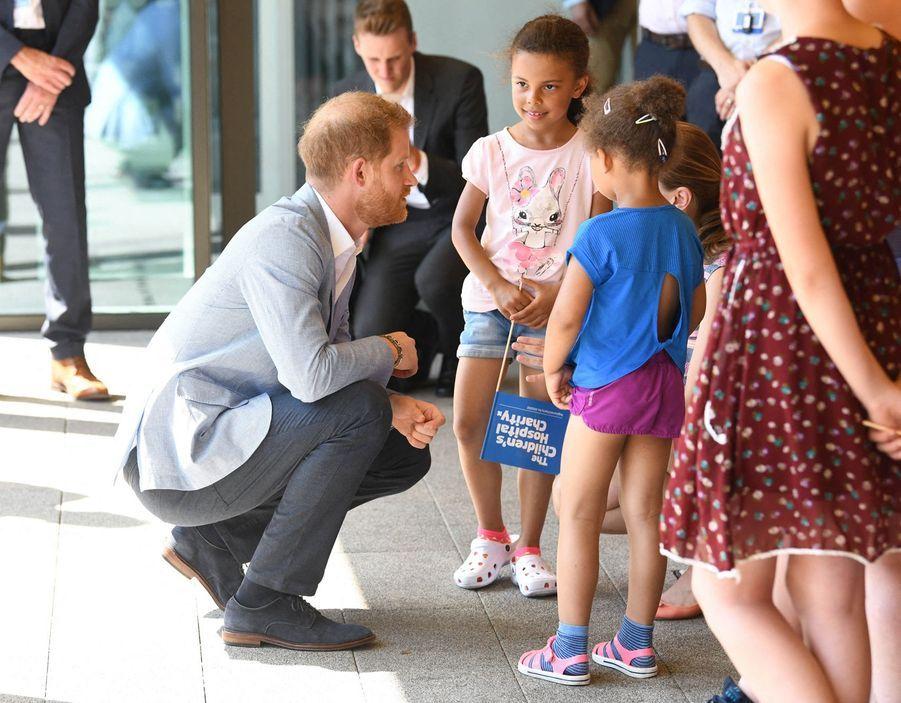 Le prince Harry rencontre des patients de l'hôpital pour enfants de Sheffield le 25 juillet 2019.