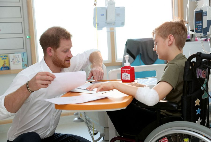 Le prince Harry rencontre des patients del'hôpital pour enfants de Sheffield le 25 juillet 2019.