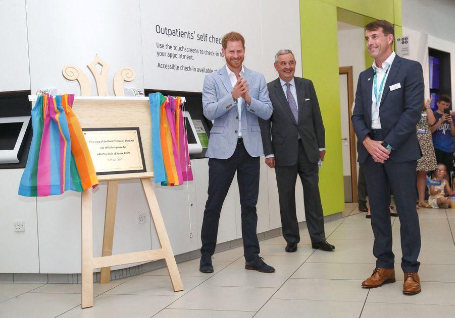 Le prince Harry a dévoilé une plaque de la nouvelle aile de l'hôpital de Sheffield, le 25 juillet 2019.