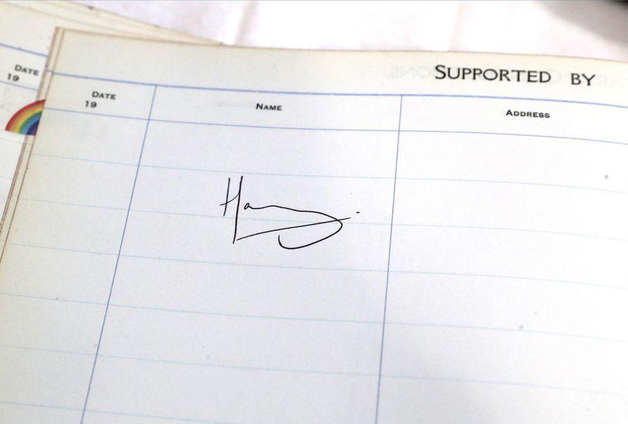 La signature du Prince Harry dans le livret de l'hôpital de Sheffield, le 25 juillet 2019.