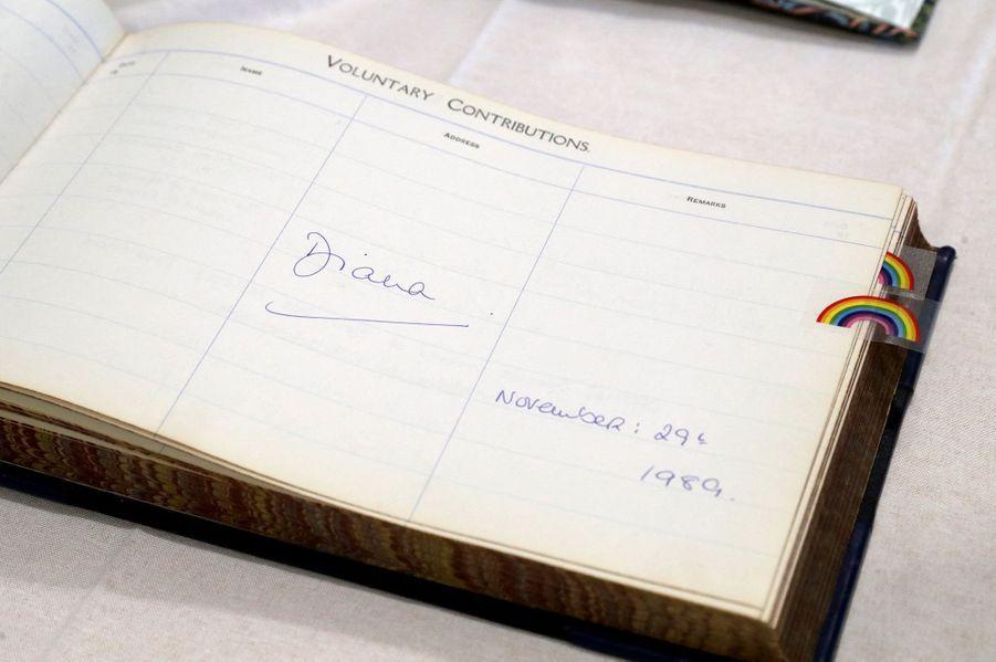 La signature de la princesse Diana dans le livret de l'hôpital de Sheffield en 1989.