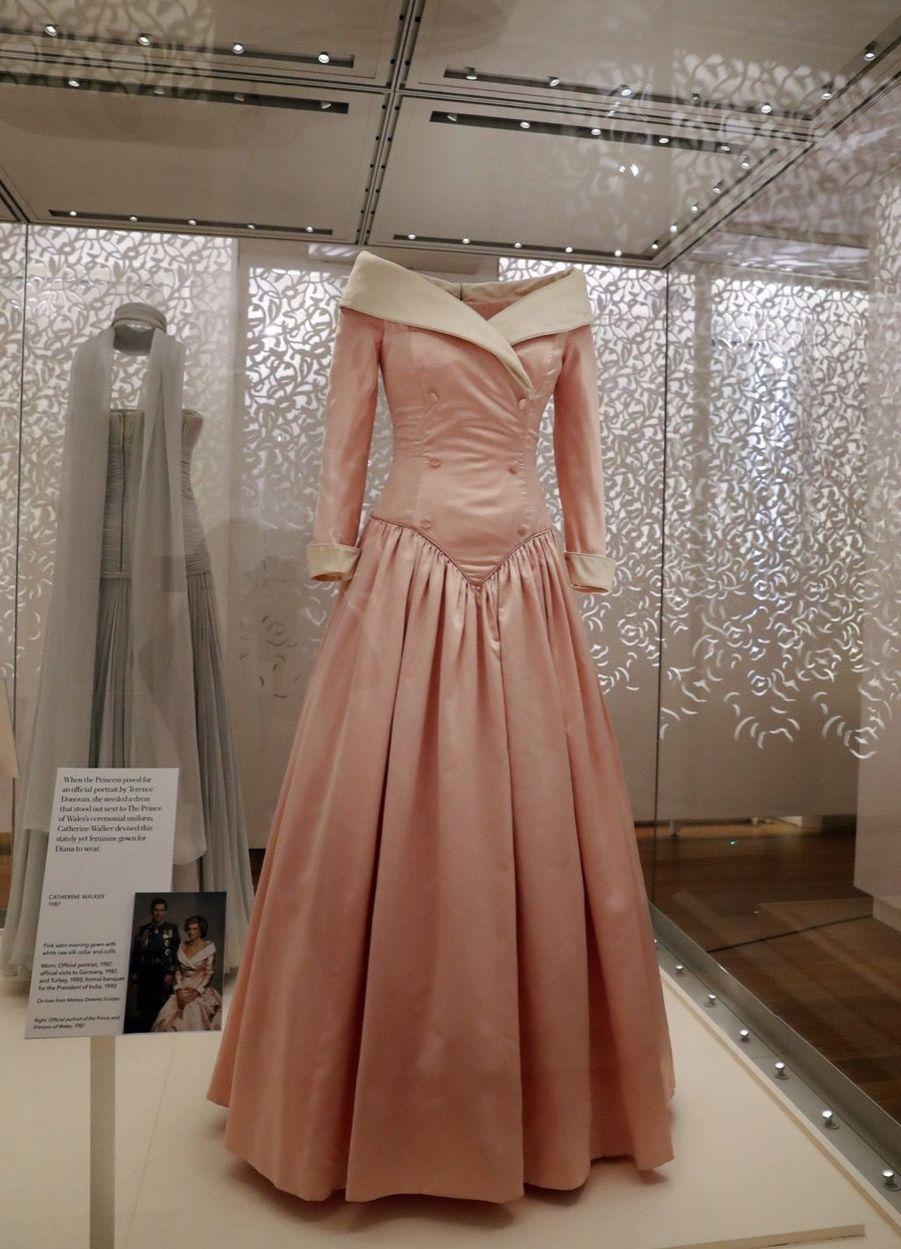 """L'exposition """"Diana: Sa Vie À Travers La Mode"""" À Londres 13"""