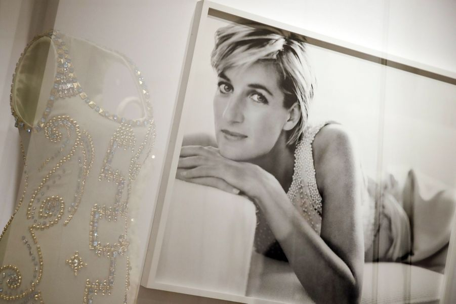 """L'exposition """"Diana: Sa Vie À Travers La Mode"""" À Londres 15"""