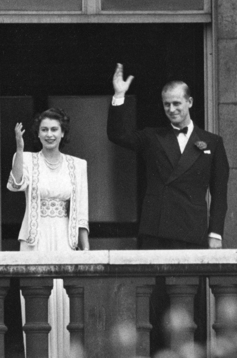 La princesse Elizabeth et le prince Philip fiancés au balcon de Buckingham Palace en juillet 1947